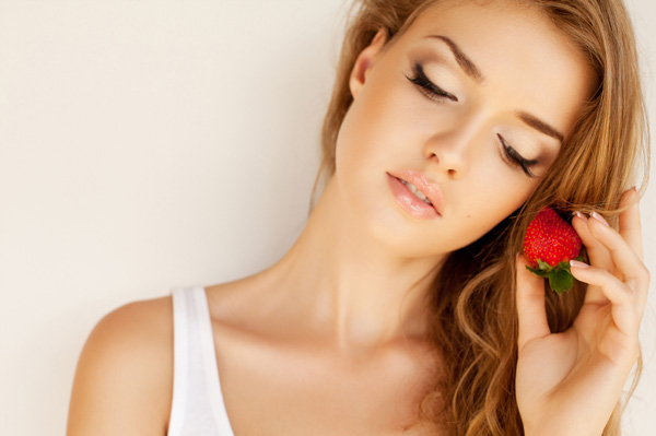 woman-with-strawberry-healthy-hair